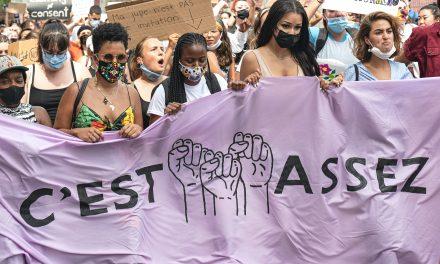 Féminicides : les comportements abusifs envers les femmes commencent dès l'adolescence